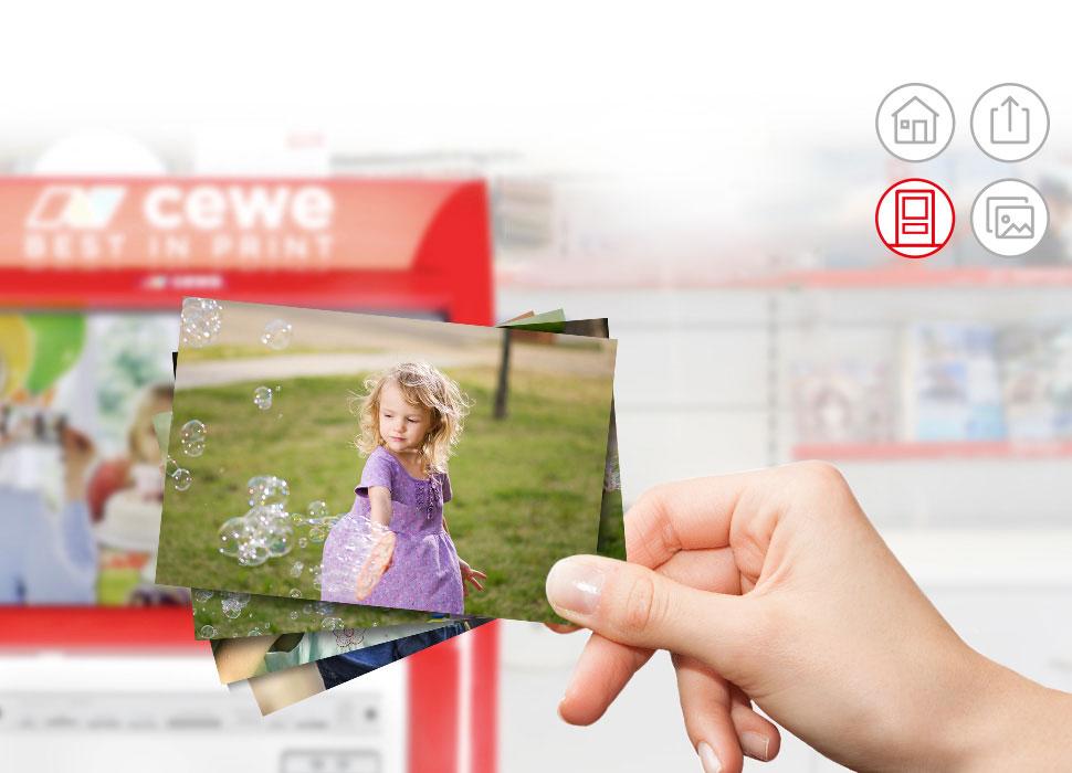 3.Do CEWE fotokiosku vložíte Váš kód z e-mailu a fotografie jdou do tisku. Vše zabere jen malou chvíli.