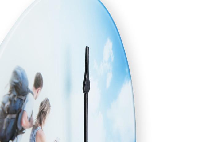 Digitális fotója 29 cm átmérőjű üvegóra lap mögött