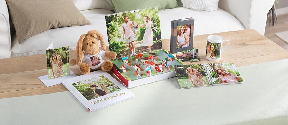 Fotokalendarz z Twoimi ulubionymi zdjęciami to idealny pomysł na prezent. Podaruj bliskim ciepło rodzinnych wspomnień w praktycznej odsłonie kalendarza ściennego.
