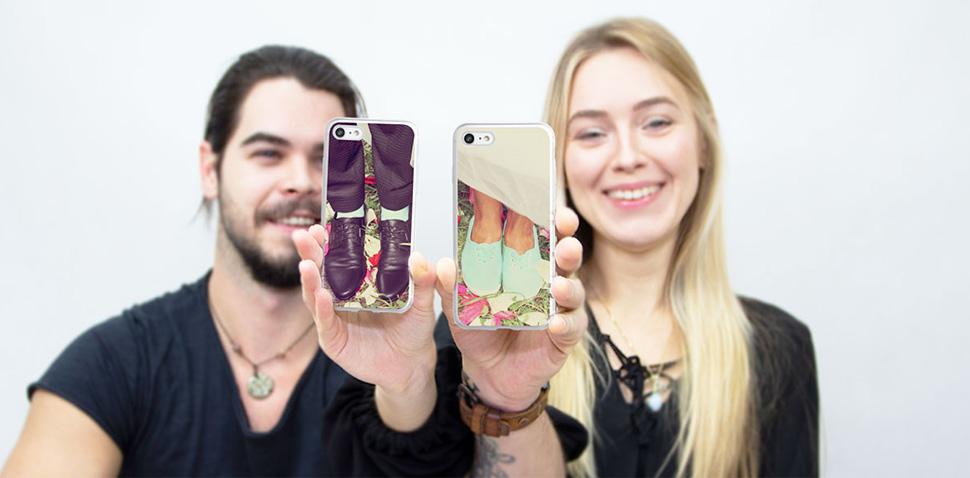 Pár s mobilom fotí selfie
