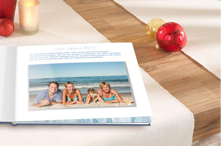 Erste Seite des Jahrbuches mit Foto der ganzen Familie