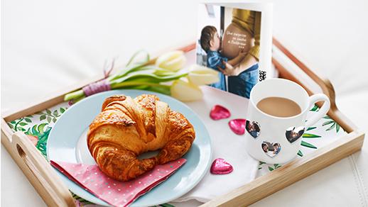Personnalisez le traditionnel petit déjeuner au lit pour une maman gâtée
